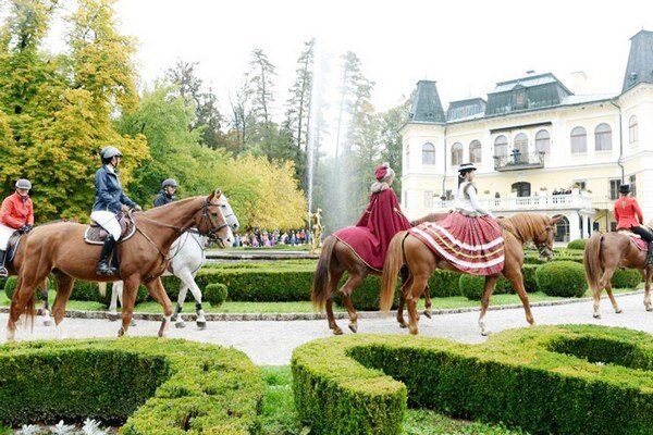 Hubertova jazda. Pred kaštieľom sa zišli jazdci na koňoch.
