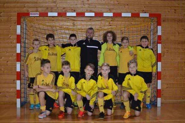Mladší žiaci MFK Rožňava spolu s trénerom Milošom Gallom.