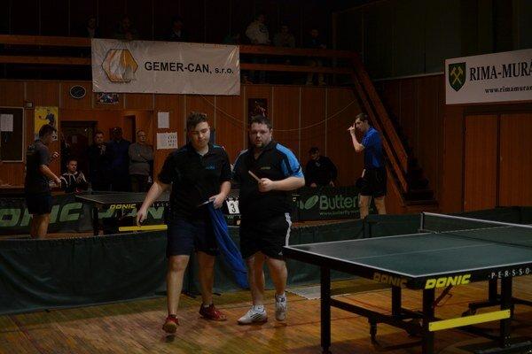 Dôležitý súboj. K zápasom, vktorých sa rozhodovalo oremíze, patrí aj súboj domáceho Ľ. Leitnera (vpravo) aM. Veisa.