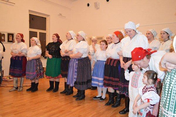 Rejdovské priadky. Tancom ihudbou hostí sprevádzali folkloristi.