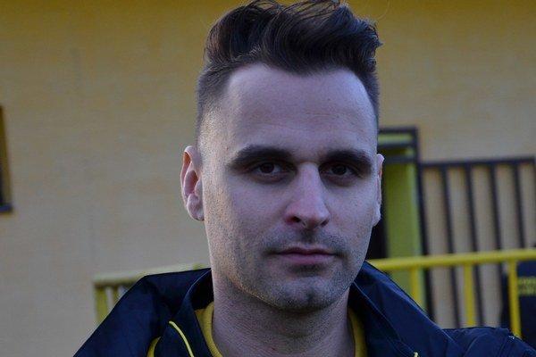 Bez brady. Tréner MFK Rožňava Ladislav Dávid sa po zápase sČaňou zmenil.
