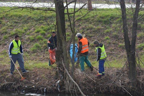 Zber odpadu. Žiaci idobrovoľníci čistili brehy rieky Slaná.