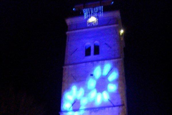 Modrá Strážna veža. Kultúrnu pamiatku osvietili modrým svetlom na podporu autistov.
