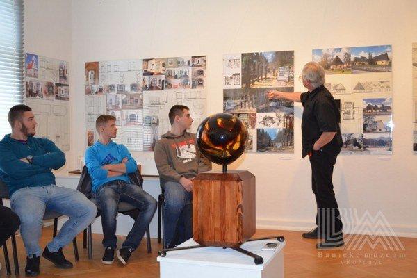 Mikuláš Maník (vpravo) ajeho diela. Diela manželov architektov sú zároveň poučením pre ďalšie generácie.
