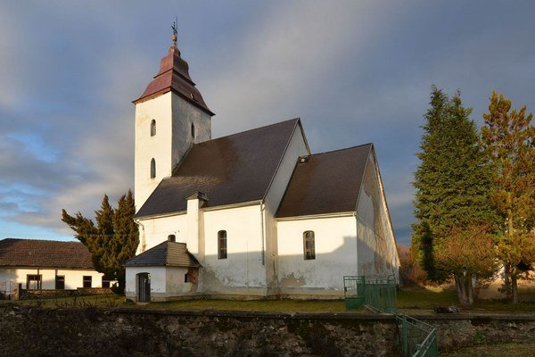 Stredoveký kostol vRoštári. Pôvod sa datuje do 13. storočia.