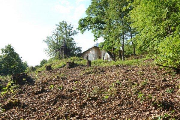Práce na rožňavskej kalvárii. Dobrovoľníci už vyčistili veľkú časť okolia kalvárie od odpadu akrovov.