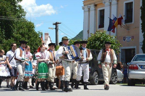 Dni obce v Plešivci. Na čele slávnostného sprievodu vyhrávali aspievali folkloristi zFS Dubina.