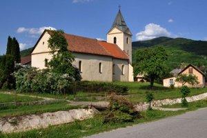 Dominanta Nižnej Slanej. Veža kostola pribudla až koncom 16. storočia.