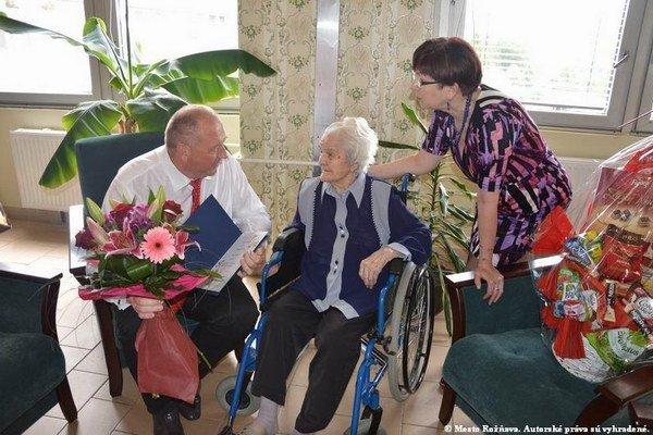 Anna Jankóová (v strede) aPavol Burdiga. Primátor Rožňavy zablahoželal najstaršej Rožňavčanke.