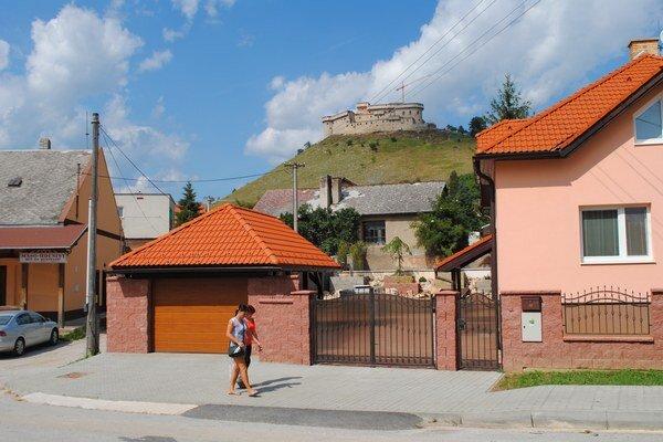 Krásnohorské Podhradie. Aj v dedine pod hradom šetria.