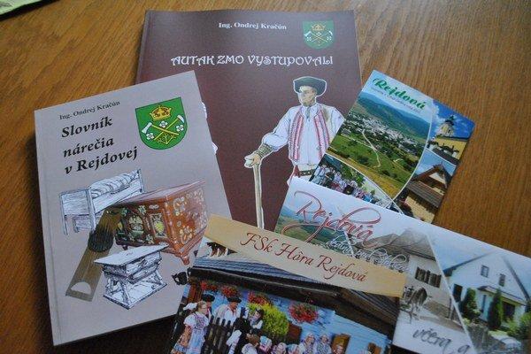 Obecné publikácie. Nárečový slovník aj kniha o FSk Hôra. Kniha o obci zatiaľ chýba.