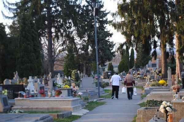 Cintorín. Pred sviatkami sem prichádzajú pozostalí z celého Slovenska.