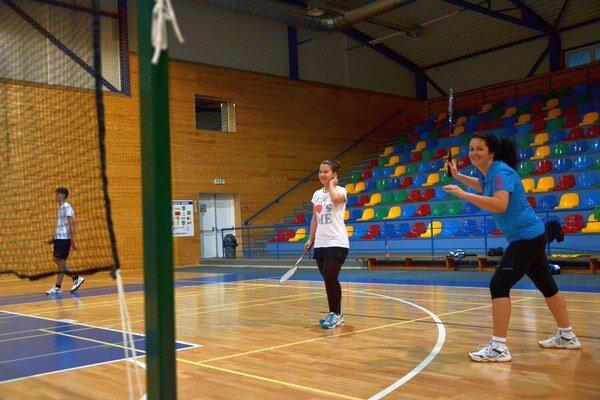 Dámska štvorhra B. Takáčová a M.Mrázová v zápasoch nešetria úsmevom.