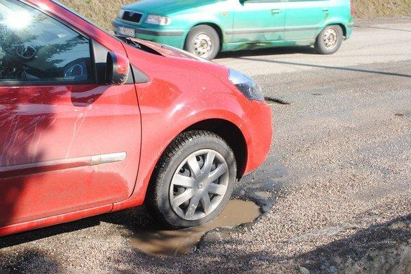 Zničené cesty v Gemeri. Zo štátnych prostriedkov opravia vyše 30 kilometrov.