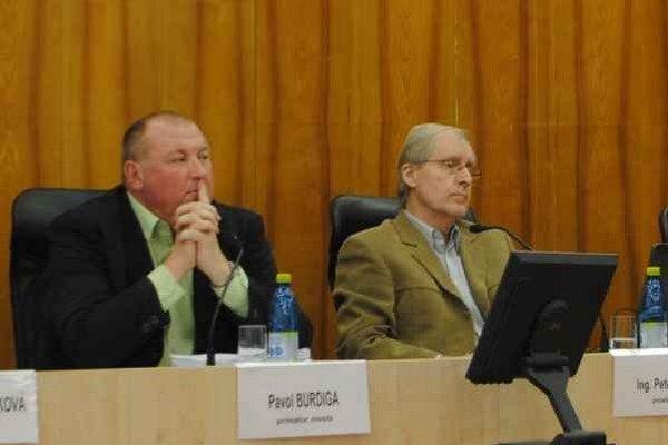Po ľavici primátora P. Burdigu zasadol jeho zástupca Peter Marko.