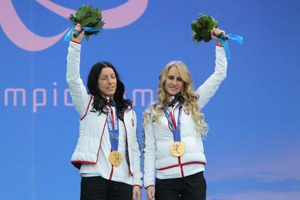 Zjazdová lyžiarka Henrieta Farkašová a jej navádzačka Natália Šubrtová.