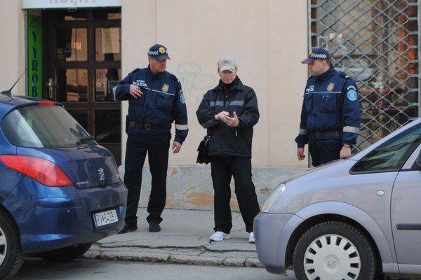 Mestská polícia pri kontrole dodržiavania poriadku.