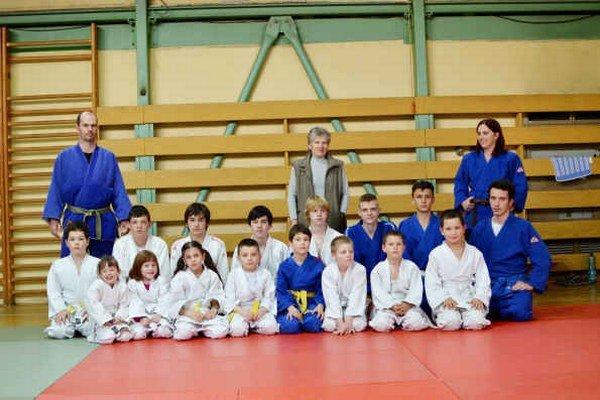 Judo club Rožňava. Rožňavskí džudisti s trénermi V. Štofirom, I. Mikolajovou a M. Kmeťovou.