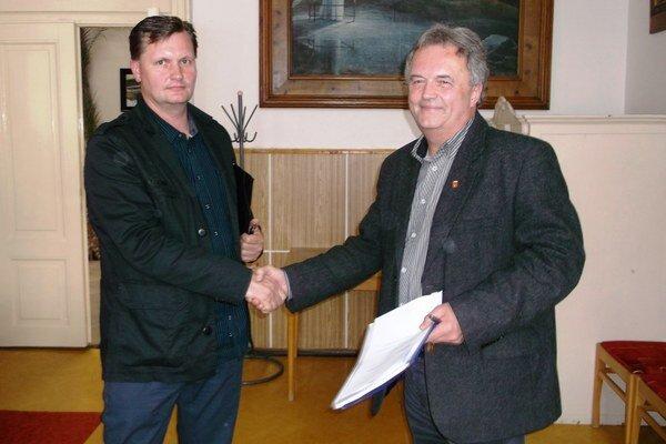 Vľavo M. Kollárik. K zvoleniu za konateľa mu zablahoželal primátor K. Horník.
