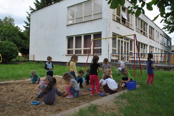 Škôlkari na Vajanského v Rožňave. V tomto roku kontrolovali hygienici piesok v MŠ. Je bez nedostatkov.
