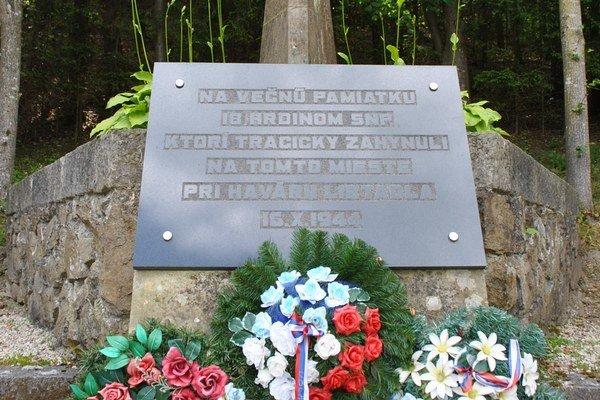 Pomník na pamiatku tragédie. Haváriu neprežilo 18 vojakov.