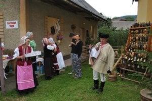 Michal víta návštevníkov bačovského dvora. Nechýbala ani ochutnávka ovčieho syra a žinčice.