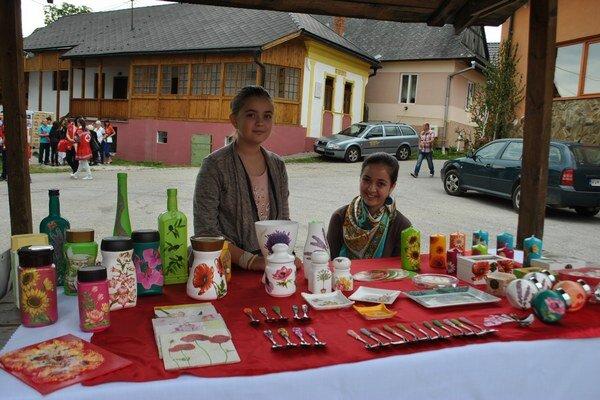 Veronika (vľavo) so sestrou. Na festivale sa predstavila aj ona so svojimi jemnými dielkami.