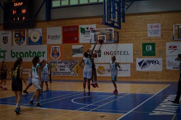 Prvý zápas. Rožňavčanky sa v prvom zápase turnaja stretli s juniorkami CBK Košice.