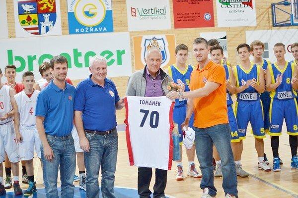 70. Vladimír Tománek dostal od vedenia ŠPD Rožňava basketbalový dres s okrúhlym číslom.