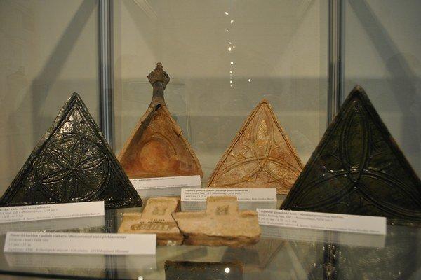 Stredoveké kachlice. Výstava Krása kachlíc v Galérii Baníckeho múzea prináša pamiatky kachliarstva na Slovensku.