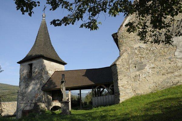 Kostolík v Henckovciach. Takmer celý sa zachoval vo svojej pôvodnej podobe.