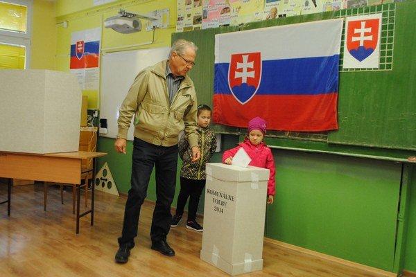 Rožňavčan P. Kyselý. Prišiel do volebnej miestnosti aj s vnučkami.
