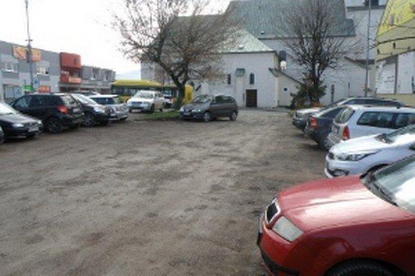 Na ploche, ktorá nie je parkoviskom, denne stojí niekoľko desiatok áut.
