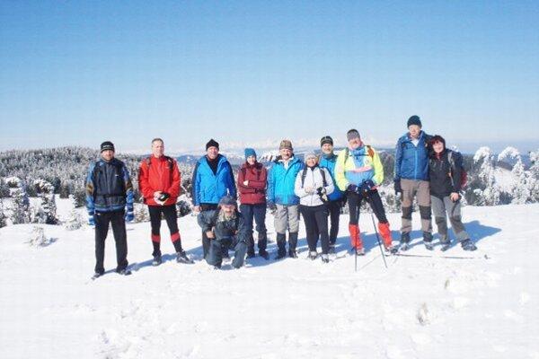 Spoločná fotka lyžiarov. Na Volovci si urobili spomienkovú fotku.
