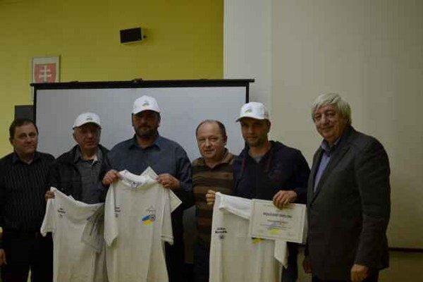 Zväz oceňoval. ObFZ Rožňava na svojej riadnej konferencii pri príležitosti životného jubilea ocenil funkcionárov J. Šmelka, G. Čižmára a J. Benedika.
