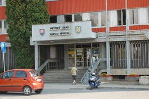 Mestský úrad. Jeho zamestnanci pretelefonovali za minulý rok 14700 eur.