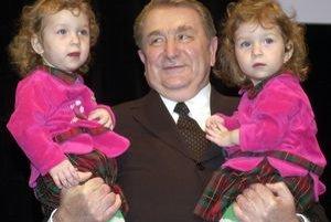 Siamské dvojčatá Lucia a Andrejka s profesorom Simanom na snímke z roku 2001.