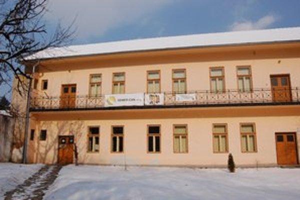 Zóna M. Klub mladých sídli v nádvorí radnice na Námestí baníkov.