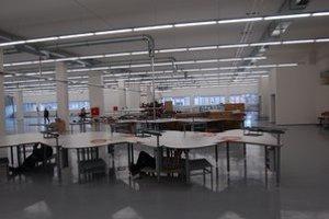 Výrobná hala. Posledné úpravy pred montovaním šijacích strojov.