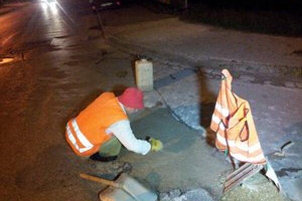 Rožňavčan sa rozhodol sám opraviť jamy na cestách a chodníkoch mesta.