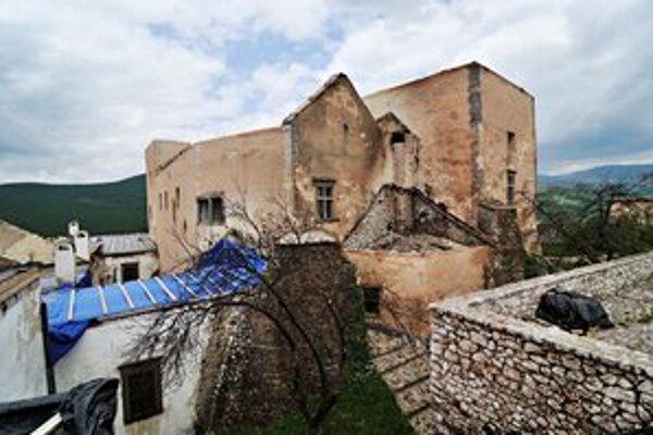 Požiar zničil celú strechu, najviac poškodil palác.