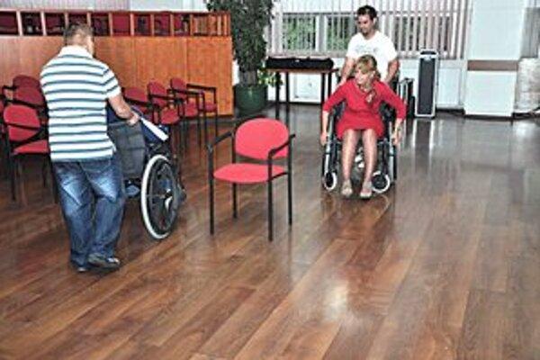 Súťaž. Invalidný vozík si vyskúšala aj prednostka.