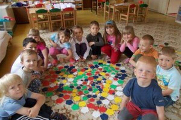 Deti. Niektoré strávia prázdniny v škôlke.