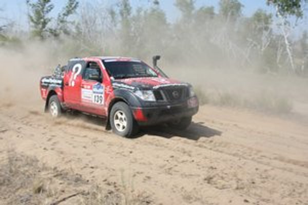 Na trati. Posádka Raid Adventure Teamu Juraj Ulrich – Daniela Ulrichová na trati Silk Way Rally 2012.