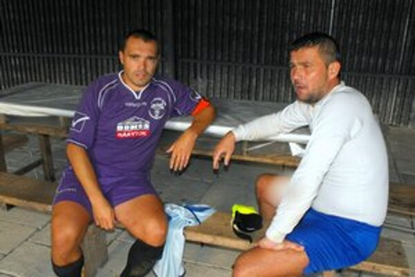Kapitáni. Vlaňajší kapitán Jaro Piater a bývalý tréner Krh. Podhradia Miloš Gallo sa po polroku opäť stretli, tentoraz však na opačných stranách.