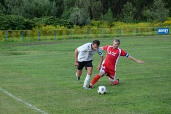 Hetrik. Mužom zápasu bol Filip Pollák (vľavo), ktorý tri góly strelil a na jeden nahral. V súboji s kapitánom Strážskeho Júliusom Surminom.