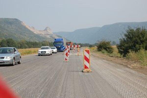 Cesta. Vodiči musia rátať s menšími obmedzeniami.