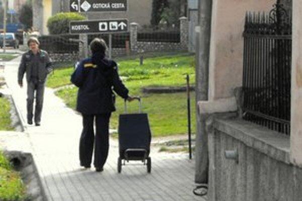 Poštárka. Uvedené chodníky si vynachválila aj miestna doručovateľka, ktorá nimi dennodenne prechádza s vozíkom plným poštových zásielok.