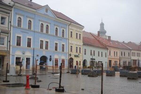 Rekonštrukcia námestia. Od marca sa opravuje západná časť.