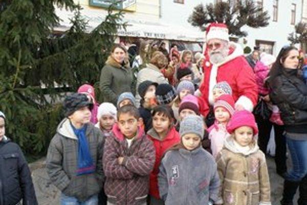 Rožňavský Mikuláš deťom robí radosť už niekoľko desiatok rokov.